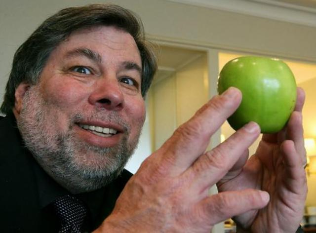 wozniak-with-an-apple-08487.jpg